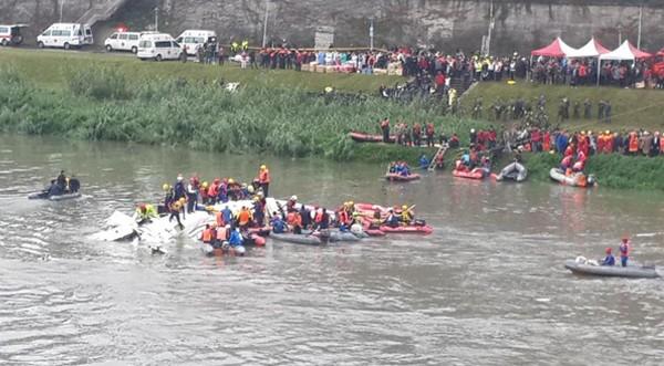 Máy bay chở khách Đài Loan lao xuống sông, ít nhất 31 người chết ảnh 2
