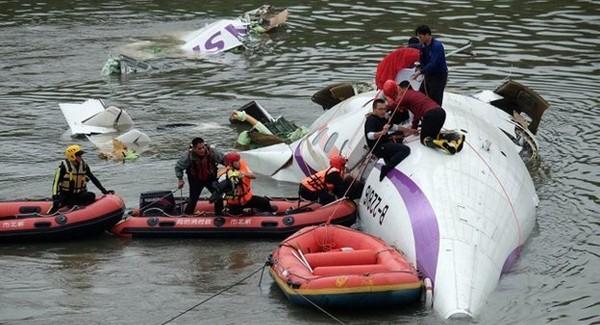 Máy bay chở khách Đài Loan lao xuống sông, ít nhất 31 người chết ảnh 3