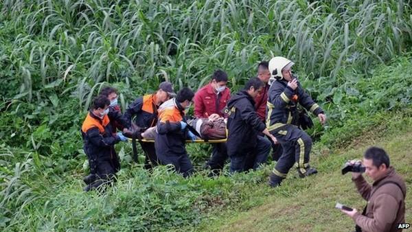 Máy bay chở khách Đài Loan lao xuống sông, ít nhất 31 người chết ảnh 6