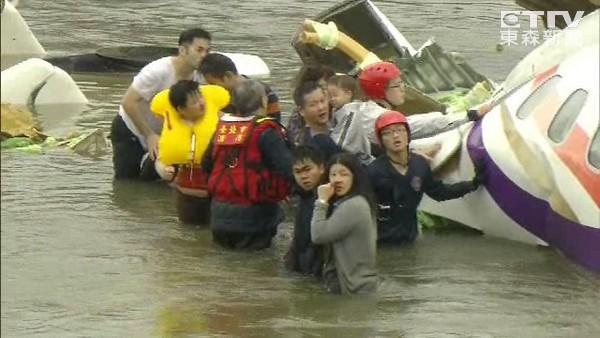 Máy bay chở khách Đài Loan lao xuống sông, ít nhất 31 người chết ảnh 7