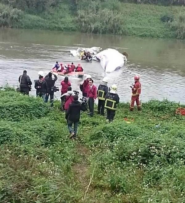 Máy bay chở khách Đài Loan lao xuống sông, ít nhất 31 người chết ảnh 8