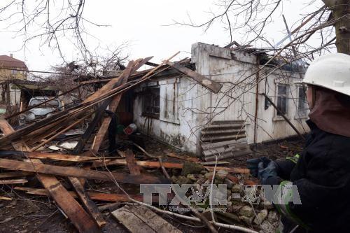 Một ngôi nhà bị hư hại do trúng đạn pháo tại Donetsk, miền đông Ukraine ngày 3/2. Ảnh: AFP/TTXVN