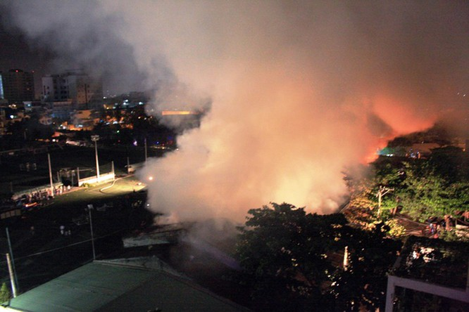 Gần 400 người chữa cháy kho nội thất chìm trong biển lửa ảnh 1