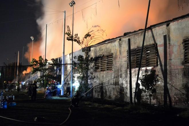 Gần 400 người chữa cháy kho nội thất chìm trong biển lửa ảnh 2