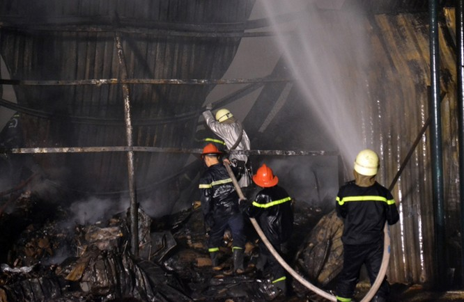 Gần 400 người chữa cháy kho nội thất chìm trong biển lửa ảnh 4