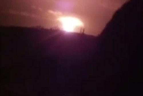 Quả cầu lửa xuất hiện trên bầu trời Donetsk sau vụ nổ rung chuyển thành phố. Ảnh: Youtube