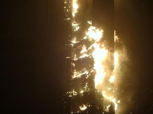 Báo Telegraph cho biết, ngọn lửa bùng phát từ tầng 50 và nhanh chóng lan tới tầng 70 của tòa nhà. Những trận mưa kính và dị vật từ trên trời rơi xuống, vương vãi khắp khu vực xung quanh.
