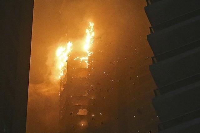 Giới chức y tế địa phương cho biết, vụ hỏa hoạn không gây ra thiệt hại về người. Tuy nhiên, hàng chục xe cứu hỏa đã được điều đến hiện trường và phải mất nhiều giờ để khống chế ngọn lửa được báo động lúc 2 giờ sáng.
