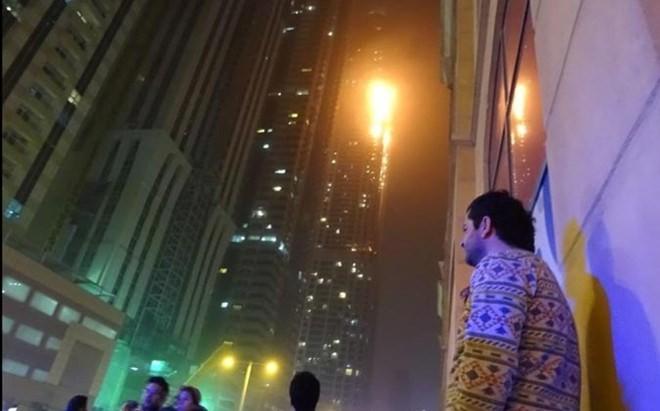 Cũng theo người dân địa phương, gió mạnh khiến ngọn lửa lan nhanh. Nhiều người chạy khỏi nhà khi vẫn mặc những bộ đồ ngủ trong trạng thái hoảng loạn. Các tòa nhà xung quanh cũng được sơ tán vì hỏa hoạn.