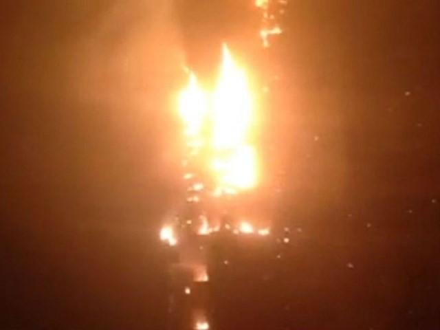 Marina Torch gồm 504 căn hộ. Nó nằm giữa khu kinh tế sầm uất ở Dubai. Hiện tại, nguyên nhân vụ cháy vẫn chưa được xác định.