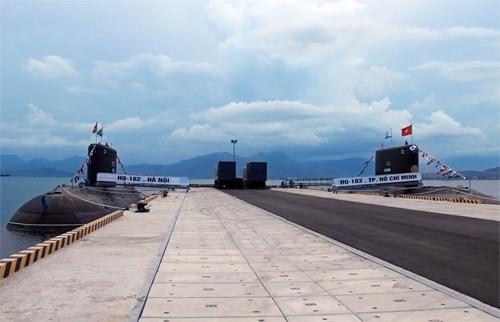 Chiếc tàu ngầm thứ 2, Tàu 183 TP Hồ Chí Minh (bên phải) cập cảng sánh đôi cùng Tàu 182 Hà Nội.