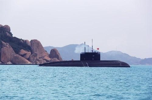 Tàu ngầm 182 Hà Nội rời cảng ra khơi huấn luyện để từng ngày khẳng định bước làm chủ của cán bộ, thủy thủ tàu ngầm thuộc Lữ đoàn 189.