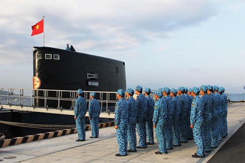 Cán bộ, thủy thủ Tàu 182 Hà Nội thực hiện chế độ chào cờ buổi sáng.