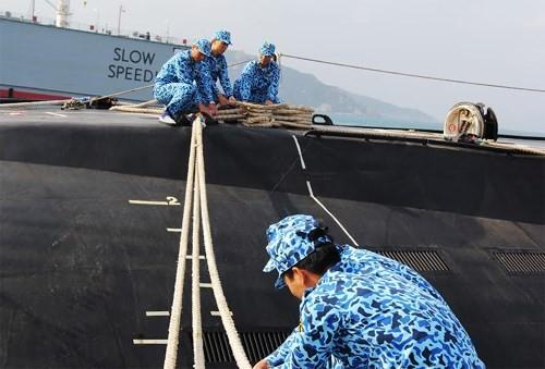 Cán bộ, thủy thủ Tàu 182 Hà Nội thực hành huấn luyện làm dây an toàn cho tàu tại cảng.