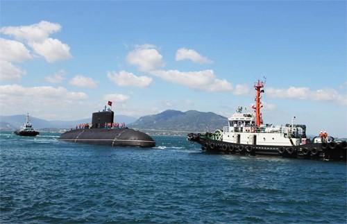 Tàu ngầm 184 Hải Phòng đang được lai dắt cập cảng.