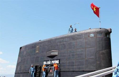 Lá cờ Tổ quốc tung bay trên đài chỉ huy cũng là lúc chiếc biển tên 184-Hải Phòng được gắn lên chiếc tàu ngầm thứ 3 tại Quân cảng Cam Ranh.
