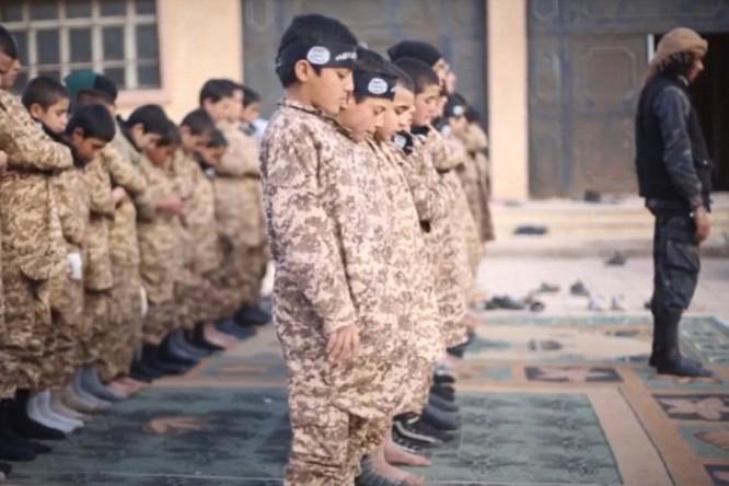 """Nhà nước Hồi giáo huấn luyện các """"sát thủ nhí"""" giết người không ghê tay ảnh 23"""