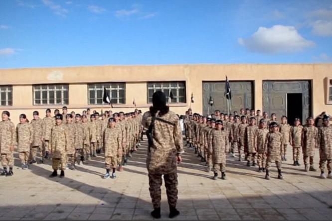 """Nhà nước Hồi giáo huấn luyện các """"sát thủ nhí"""" giết người không ghê tay ảnh 24"""