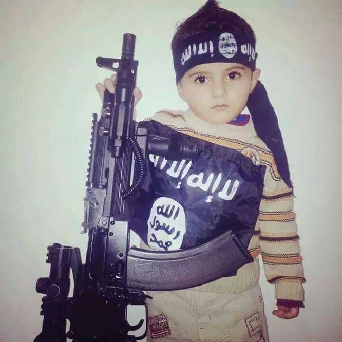 """Nhà nước Hồi giáo huấn luyện các """"sát thủ nhí"""" giết người không ghê tay ảnh 1"""