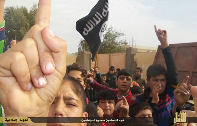 """Nhà nước Hồi giáo huấn luyện các """"sát thủ nhí"""" giết người không ghê tay ảnh 6"""