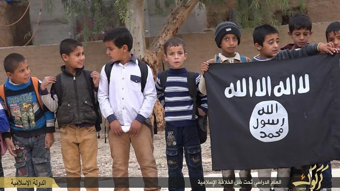 """Nhà nước Hồi giáo huấn luyện các """"sát thủ nhí"""" giết người không ghê tay ảnh 7"""