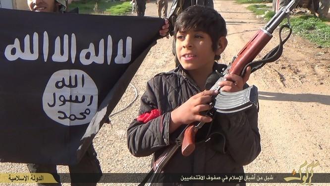 """Nhà nước Hồi giáo huấn luyện các """"sát thủ nhí"""" giết người không ghê tay ảnh 15"""