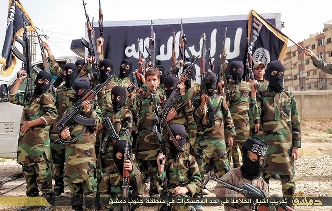 """Nhà nước Hồi giáo huấn luyện các """"sát thủ nhí"""" giết người không ghê tay ảnh 16"""