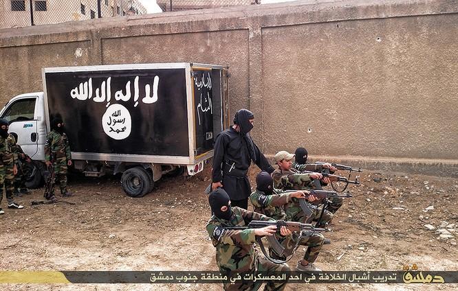 """Nhà nước Hồi giáo huấn luyện các """"sát thủ nhí"""" giết người không ghê tay ảnh 18"""