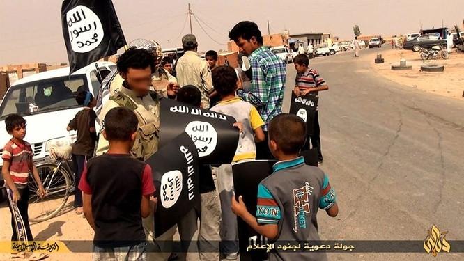 """Nhà nước Hồi giáo huấn luyện các """"sát thủ nhí"""" giết người không ghê tay ảnh 9"""
