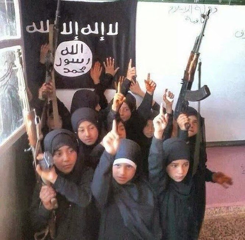 """Nhà nước Hồi giáo huấn luyện các """"sát thủ nhí"""" giết người không ghê tay ảnh 12"""
