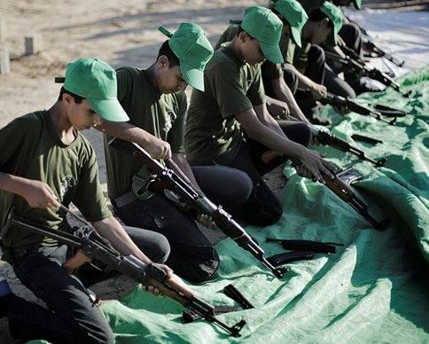 """Nhà nước Hồi giáo huấn luyện các """"sát thủ nhí"""" giết người không ghê tay ảnh 19"""