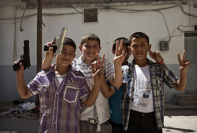 """Nhà nước Hồi giáo huấn luyện các """"sát thủ nhí"""" giết người không ghê tay ảnh 13"""