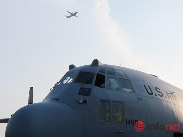 """Không quân Mỹ """"khoe"""" máy bay vận tải C-130 đậu ở sân bay Đà Nẵng ảnh 1"""
