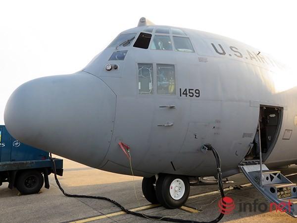 """Không quân Mỹ """"khoe"""" máy bay vận tải C-130 đậu ở sân bay Đà Nẵng ảnh 4"""