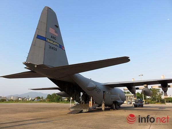 """Không quân Mỹ """"khoe"""" máy bay vận tải C-130 đậu ở sân bay Đà Nẵng ảnh 5"""