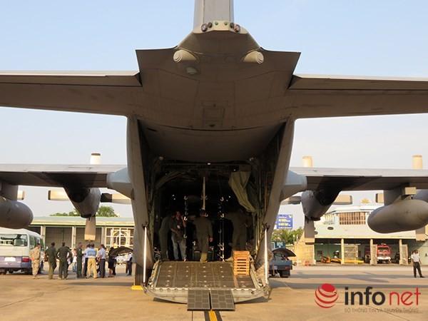 """Không quân Mỹ """"khoe"""" máy bay vận tải C-130 đậu ở sân bay Đà Nẵng ảnh 10"""