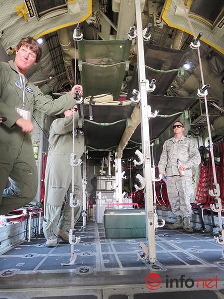 """Không quân Mỹ """"khoe"""" máy bay vận tải C-130 đậu ở sân bay Đà Nẵng ảnh 13"""
