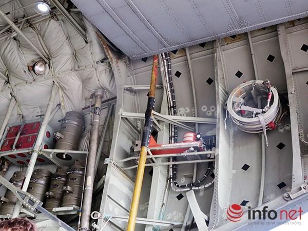 """Không quân Mỹ """"khoe"""" máy bay vận tải C-130 đậu ở sân bay Đà Nẵng ảnh 18"""