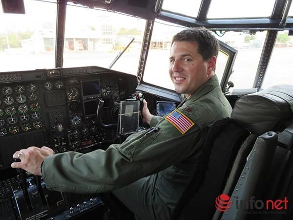 """Không quân Mỹ """"khoe"""" máy bay vận tải C-130 đậu ở sân bay Đà Nẵng ảnh 24"""