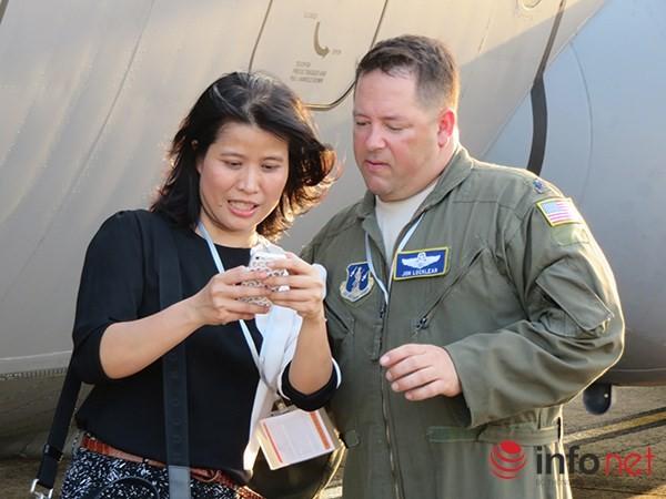 """Không quân Mỹ """"khoe"""" máy bay vận tải C-130 đậu ở sân bay Đà Nẵng ảnh 27"""