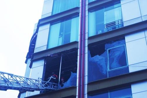 Kính tòa nhà 5 tầng nổ lớn trong vụ cháy ảnh 2