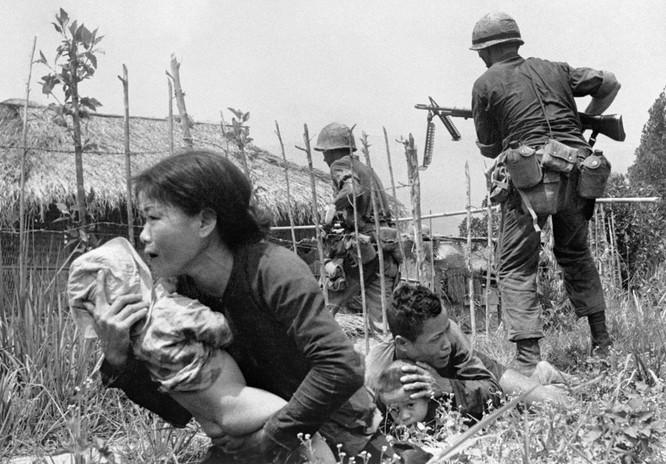 Những bức ảnh khốc liệt nhất về cuộc chiến của Mỹ tại Việt Nam ảnh 7