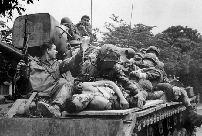 Những bức ảnh khốc liệt nhất về cuộc chiến của Mỹ tại Việt Nam ảnh 14