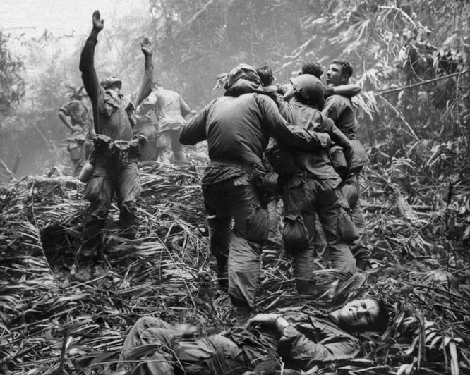 Những bức ảnh khốc liệt nhất về cuộc chiến của Mỹ tại Việt Nam ảnh 19