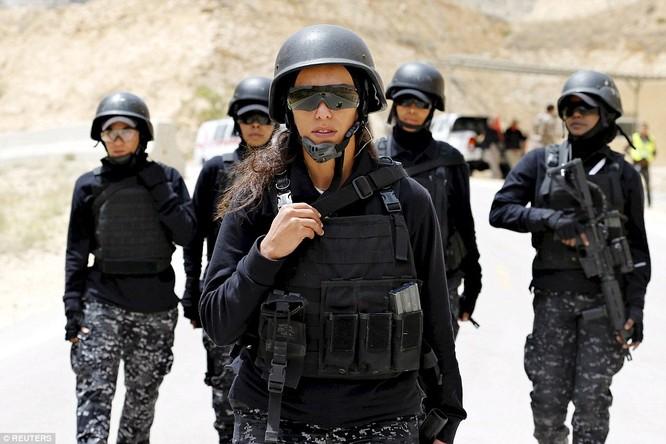 Những nữ chiến binh khiến cánh mày râu ngả mũ ảnh 12