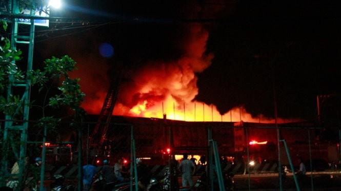 Cháy nổ dữ dội kho chứa sơn và hóa chất tại Bình Dương ảnh 4