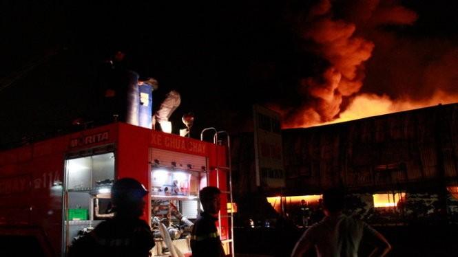 Cháy nổ dữ dội kho chứa sơn và hóa chất tại Bình Dương ảnh 5