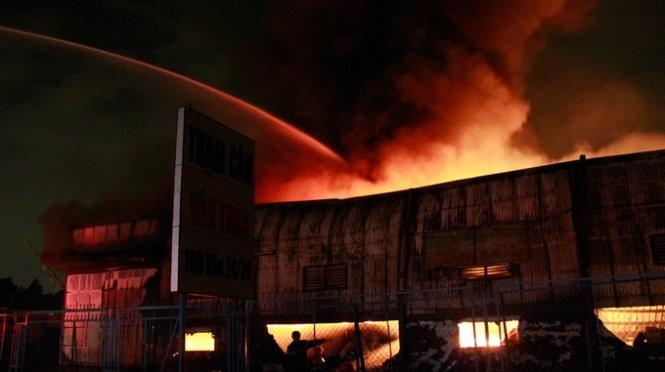 Cháy nổ dữ dội kho chứa sơn và hóa chất tại Bình Dương ảnh 9