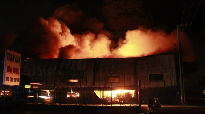 Cháy nổ dữ dội kho chứa sơn và hóa chất tại Bình Dương ảnh 12