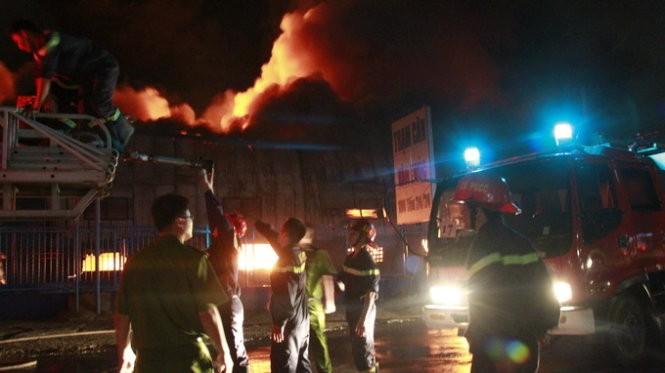 Cháy nổ dữ dội kho chứa sơn và hóa chất tại Bình Dương ảnh 13